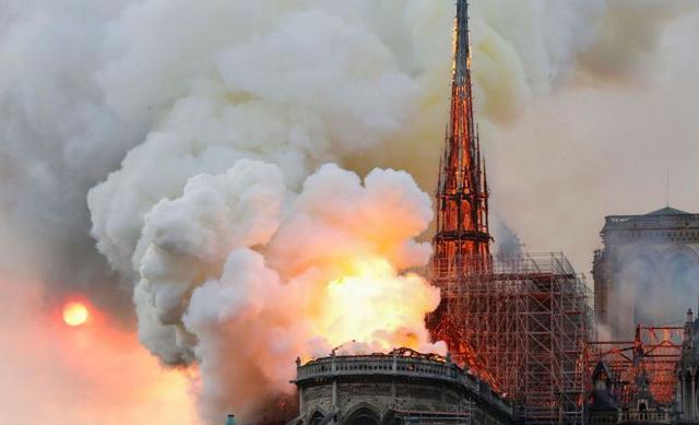 Nhà thờ Đức Bà Paris bốc cháy dữ dội